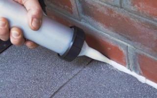 Как и чем заделать трещины толщиной около 1см между цоколем (фундаментом) и бетонной отмосткой