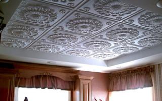 Можно ли приклеить потолочную плитку и потолочные плинтуса, обойным клеем