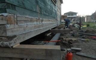 Подъем домкратами деревянного дома
