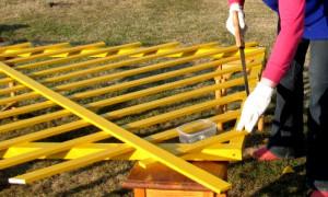 Чем покрасить столбы для забора