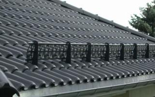 Как обезопасить крышу зимой: выбор и установка снегозадержателей