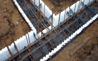 Ленточный фундамент: Литьё бетона в землю несъёмная опалубка из ЭППС (Пеноплэкс)